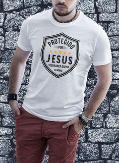 Camiseta Proteção Divina Christian Clothing, Christian Shirts, Mens Fashion Wear, Tee Shirts, Tees, Personalized T Shirts, Custom T, Shirt Designs, Casual