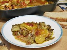Pollo guisado al horno con verduras Pollo Guisado, Chicken, Meat, Food, Baked Chicken Recipes, Kitchen Stuff, Crock Pot, Sweet And Saltines, Beverage