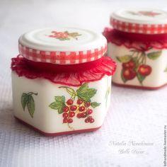 Купить или заказать Баночка 'Ягодная поляна' в интернет-магазине на Ярмарке Мастеров. Баночка яркая и вкусная, выполненная в технике декупаж, декорирована кружевом. В баночку можно положить небольшие конфетки или сухие ягодки. Будет прекрасным сувениром на любой праздник. В наличии 2 баночки, рисунок немного разный. Цена указана за 1 шт.- 400 р. Изделие можно посмотреть и потрогать в моем шоу-руме - станция метро Маяковская в будние дни с 11.00 до 19.