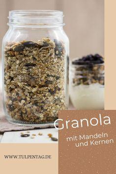 Rezept für ein Knuspermüsli zum Frühstück auf Vorrat. Mit Mandeln, Kürbiskernen, Sonnenblumenkernen und Haferflocken als Grundlage. Gesund und ausgewogen mit Honig gesüßt. Schnell und einfach zu machen.