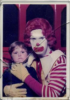 Everything in this photo freaks me out. The frowns, the cracked frame, the clown.And it also looks like maybe this was a macabre selfie taken by the clown, right after he killed the little boy - he looks like he is propping up the boy's head! Gruseliger Clown, Creepy Clown, Creepy Stuff, Creepy Things, Vox Angeli, Bad Family Photos, Baba Vanga, Vintage Clown, Creepy Vintage