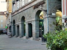 Piazza Cavana si trova in centro a Trieste, è la parte antica di Trieste. E' vicinissima a Piazza Unità D'Italia (altra piazza principale di Trieste) Ci sono locali, ristoranti e posti in cui dormire, dalla casa vacanza all'hotel.