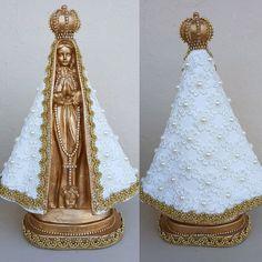 Nossa Senhora Aparecida em gesso decorada com pérolas, renda e strass!  Altura da peça  28cm