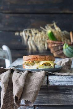 Werbung Gibt es etwas Besseres als geschmolzenen Käse? Nein, nur eine Steigerung: Ein knuspriges Sandwich mit würzigem, geschmolzenen Käse und Aioli. Greift zu solange der Käse noch heiß ist. W