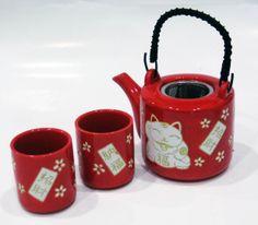 Set composto da tazze e teiera rossa, decorate a mano con gatto augurante (MANEKINEKO). In porcellana giapponese. $20.