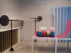 O Salão Internacional do Móvel, em Milão, poderia se chamar Cidade do Móvel. Em seu interior uma profusão de ruas, cruzamentos, etnias, estilos e pavilhões faz com que os visitantes sintam que têm uma cidade inteira por descobrir, uma verdadeira capital cosmopolita do design.