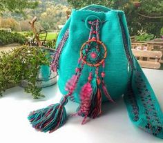 Discover thousands of images about Wayuu Blue patterned hand-knitted bag Más Hippie Bags, Boho Bags, Crochet Handbags, Crochet Purses, Hand Knit Bag, Embroidery Bags, Diy Crochet, Crochet Granny, Hand Crochet