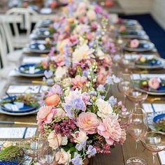"""1,544 curtidas, 22 comentários - @recebercomcharme no Instagram: """"Sobre a mesa, um caminho de flores... Amei, Dani! @pontodecor  . . #recebercomcharme #pontodecor…"""""""