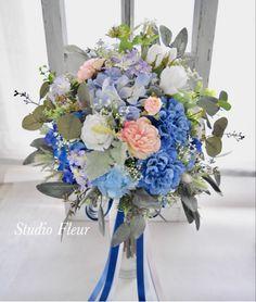 ブルーの花をメインに、コーラルピンクをアクセントにしたナチュラルクラッチブーケ。すべて造花です。 Silk Flower Bouquets, Silk Flowers, Floral Wreath, Wreaths, Decor, Flowers, Floral Crown, Decoration, Door Wreaths
