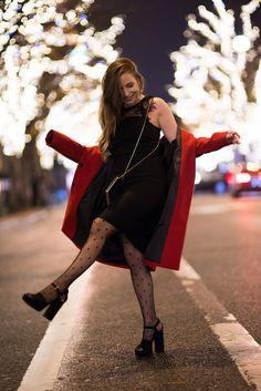 #petiterobenoire #robenoir #manteaurouge #redcoat #collantplumetis #fashion #christmasoutfit #party