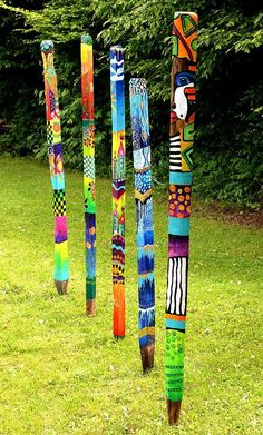 Bemalte Gartenstelen Acryl auf Eichenstele Versiegelt von Jeanett Rotter - use this idea for the students to make totem poles with our First Peoples in Canada unit or to tell the story of a legend. Painted Driftwood, Driftwood Art, Painted Wood, Hand Painted, Garden Crafts, Garden Art, Garden Ideas, Yard Art Crafts, Diy Garden