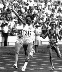 FINAL 800 METROS. Montreal, 25-7-1976.- El atleta cubano Alberto Juantorena celebra su victoria al vencer en la prueba de los 800 metros, tras proclamrse campeón olímpico en las Olimpiadas de Montreal y batir el record mundial. A la izquierda, el corredor belga Ivo van Damme, (plata) y a la derecha, el estadounidense Richard Wohluter, (bronce).