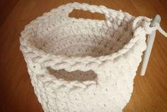Free crochet pattern: chunky crochet storage tubs