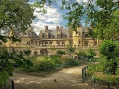 Visiting the Louvre and other free museums in Paris - best hacks to visit Paris on a bduget and to enjoy free things to do in Paris. Learn how to skip the Louvre entrance fee and Cluny France, Paris France, Location Paris, Day Runner, Springtime In Paris, Medieval, Hotel Paris, Paris Hotels, Local Hotels