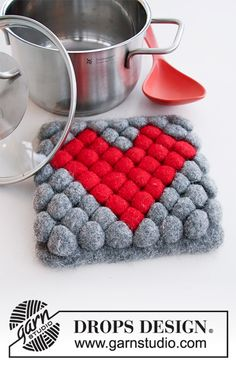 Hot Heart - Knitted and felted trivet in DROPS Eskimo. The piece is worked with bobbles and heart. - Free pattern by DROPS Design Drops Design, Drops Patterns, Heart Patterns, Baby Boy Knitting Patterns, Crochet Patterns, Double Knitting, Free Knitting, Crochet Design, Magazine Drops