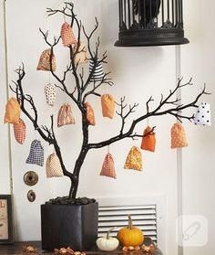 minik hediye kesecikleri asabileceğiniz kuru dallardan yapılmış dilek ağacı, kolaylıkla evde sizin de yapabileceğiniz şık ve orjinal bir çalışma olmuş, 10marifet.org'da