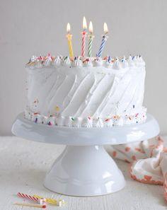 """Torta de vainilla sencilla, la mezcla tradicional que hacían nuestras mamás para los cumpleaños y fiestas, puede rellenarse o no y la decoración tradicional es con """"nevado"""" de merengue, aunque también puede usarse arequipe (dulce de leche), chocolate o dejarse desnuda Best Birthday Cake Recipe, Pretty Birthday Cakes, Pretty Cakes, Poke Cakes, Cupcake Cakes, Pastel Cakes, Vintage Cake Stands, Cake Decorating Videos, Xmas Food"""