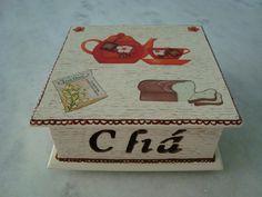 Caixa para chá na cor areia com quatro divisórias , detalhe de bule e xícaras . www.elo7.com.br/esterartes