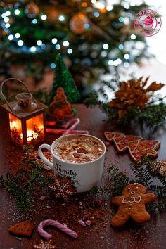 Gingerbread latte - kawa piernikowa z bitą śmietaną Cosy Christmas, Christmas Feeling, Christmas Coffee, Christmas Is Coming, Christmas Time, We Heart It Christmas, Natural Christmas, Yule, Logo Noel
