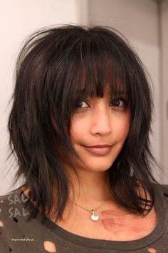 24 Chic Medium Length Layered Haircuts for a Trendy Look Medium length layered haircuts are a superb choice for modern women. In today's fast moving and hectic pace of life, it is hard to stay well-co (Coiffure Pour Ados) Medium Length Hair Cuts With Layers, Bangs With Medium Hair, Medium Hair Cuts, Short Hair Cuts, Medium Hair Styles, Short Hair Styles, Layered Bob With Bangs, Bobbed Hairstyles With Fringe, Straight Hairstyles