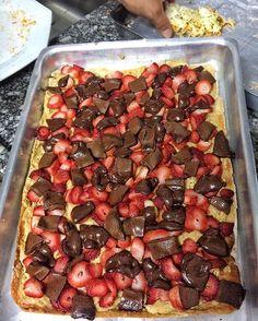 Pizzaaaa 🍕🍕 Fiz a massa na quinta-feira à noite em SP e trouxe para São Carlos, é só deixar na geladeira que fica igualzinha 🙌🏻 Primeiro eu e o Rafael fizemos e comemos de frango, e agora acabou de sair pizza doce!!! Muito booom, nós adoramos ❤️ 💟 RECEITA PIZZA CASEIRA INTEGRAL 🍕 INGREDIENTES 👉🏻 500g de farinha integral (ou a farinha que desejar), 250ml de água 💦 morna (ou o suficiente para amassar a massa e deixa-la macia), 1 colher de azeite (ou óleo de canola, ou óleo de coco…