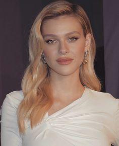 Golden Makeup, Nicolas Peltz, Neutral Makeup, Face Reference, Celebs, Celebrities, Celebrity Hairstyles, Woman Crush, Hair Inspo