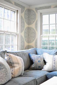 светло и уютно. Очень нравятся обои - по цвету и орнаменту. Диван приятный, окна. Всё вместе смотрится гармонично и душевно.