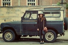 The PAAR Blog by Paulina Villalpando: Look of the Day: Urban Safari Mexican blogger wearing total black look. Vintage land rover. Grey hat from Goorin Bros Williamsburg New York Vintage satchel leather bag brown