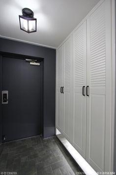 Best entrance door diy home decor ideas Garage Door Opener Installation, Old Door Knobs, Green Front Doors, Closet Door Makeover, Entrance Doors, Diy Door, House Rooms, Door Design, Colorful Interiors