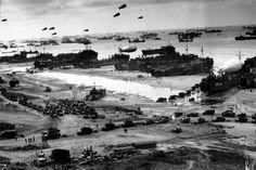 Die Landungen beginnen um 6:30 Uhr, eine halbe Stunde nach Sonnenaufgang. Es ist die größte Landeoffensive der Militärgeschichte und erfolgt auf einer Breite von 98 Kilometern (die Abschnitte heißen: Utah, Omaha, Gold, Juno und Sword). Die Deutschen begreifen aber nicht gleich, dass es sich um eine Invasion handelt. Sie glauben an eine Finte, da sie mit einer Invasion einen Monat später bei Calais rechnen.