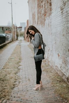 How amazing are backless sweaters? Pretty amazing, but then add a bow tie to the back and somehow it gets better! Love this tie back sweater! Block Heels Outfit, Heels Outfits, New Outfits, Winter Style, Autumn Winter Fashion, Shoes For Skinny Jeans, Style And Grace, My Style, Backless Sweater