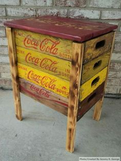 Coca-Cola corner table made from reclaimed beverage crates and pallet wood Wooden Crates, Wood Pallets, Pallet Wood, Repurposed Furniture, Painted Furniture, Furniture Makeover, Diy Furniture, Coke Crate Ideas, A Table