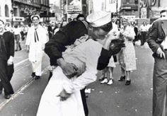 Sailor Kisses nurse on hearing end of World War 2.