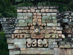 The ball court is surrounded by parallel buildings with large inclined benches decorated with macaws (this bird had great symbolic value in the Maya culture).