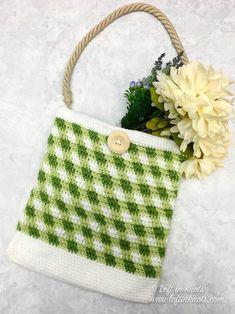 Crochet Gingham Market Bag - Free Pattern — Left in Knots One Skein Crochet, Crochet Car, Bag Crochet, Crochet Market Bag, All Free Crochet, Easter Crochet, Crochet Slippers, Easy Crochet Patterns, Crochet Hooks