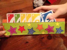 Kartenhalter basteln aus 2 Streifen bemalter Pappe. Einfach an den Enden festkleben oder tackern