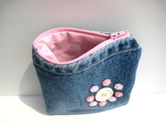 Lovely embellishment idea for zipper bags or totes - a flower made from buttons :)