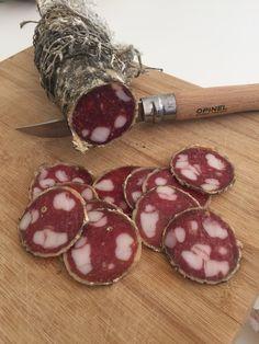 Voici la recette originelle et originale du saucisson sec de Lyon, un des plus merveilleux produits de la charcuterie sèche.
