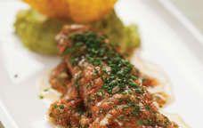 #Tataki de tonyina amb guacamole, salsa de tomàquet i coriandre. #Tataki de atún con guacamole, salsa de tomate y cilantro. www.culleradeboix.com