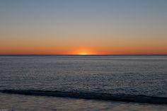 un'onda di passione - ho continuato a scattare, mentre camminavo sulla spiaggia e respiravo quell'aria salata... il mare era calmo e l'orizzonte diventava sempre più luminoso.  In fondo era solo un'alba ma per me era vita, il bisogno di vivere che si sente ogni tanto.
