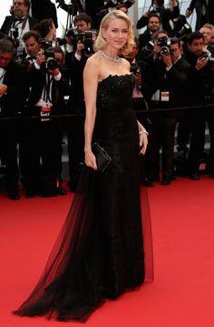 Naomi Watts portait une robe Ralph Lauren, des sandales Jimmy Choo et un collier Bulgari