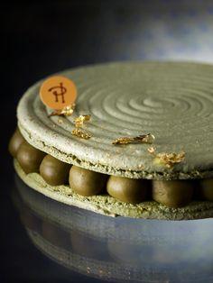 DÉPAYSÉ (Biscuit macaron, crème au thé vert Matcha, compote d'Azuki (haricot rouge japonais) assaisonnée aux zestes de citron vert et gingembre)   Pierre Hermé