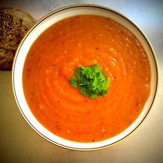 Suppe-tiden nærmer sig, og dét er jeg slet ikke ked af. Det mætter skønt & så er det bare proppet med sundhed & varme... 400g gulerødder, skrællet & skåret i 2 cm. skiver 600g bagekartofler, skrællet & skåret i 2 cm. skiver 145g rødløg 2 tsk. stødt ingefær (jeg havde ikke... #aftensmad #kalorielet