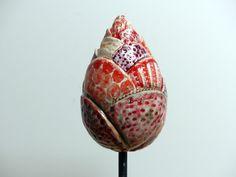 """Frei modelliertes Keramik Objekt """"**KNOSPE**"""" aus frostfestem Steinzeugton, bemalt in leuchtenden Rottönen auf weißem Grund, Höhe 12,5cm Das Gartenschmuckstück wird auf einen Holz- oder..."""