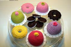 Virkatut leivonnaiset - virkattu leivonnaiset suklaakeksi keltainen muffinssi suklaakuorrutus kinuskikuorrutus munkkileivos keksi valkea täyte  tarjoiluastia käsityö käsityötuote virkkaus virkkaaminen käsityötaito värikäs virkkaus virkkuutyö virkkaaminen virkata käsityöläisyys kädentyö käsintehty itsetehty