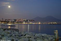 Le luci del lungomare di Napoli e la luna piena
