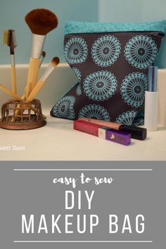 DIY Zippered Makeup Bag in 7 Steps - Chambray Blues Sewing Sewing Blogs, Easy Sewing Projects, Sewing Tutorials, Sewing Patterns, Diy Projects, Diy Makeup Bag, Love Sewing, Diy Accessories, Diy Clothing