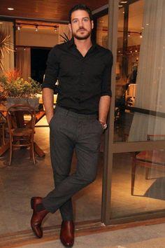 Black shirt, grey pants and brown shoes - Marco Pigossi men's fashion Dresscode Smart Casual, Men Casual, Smart Casual Office Men, Casual Styles, Business Casual, Casual Chic, Mode Outfits, Casual Outfits, Fashion Outfits