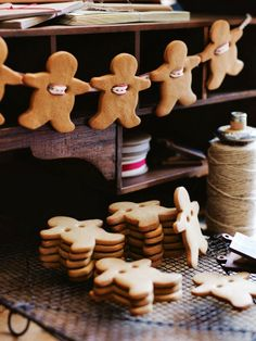 Get together with your family and create your own Hygge Christmas Decorations. Gingerbread Men Garland : 100 Days of Homemade Holiday Inspiration. Christmas Hacks, Noel Christmas, Christmas Baking, Winter Christmas, Christmas Kitchen, Christmas Cookies, Christmas Gingerbread, Christmas Garlands, Holiday Wreaths