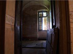Tenuta agricola d'eccellenza e buen retiro del conte di Cavour, oggi Leri Cavour, a Trino, è un borgo abbandonato che spera in un rilancio futuro.
